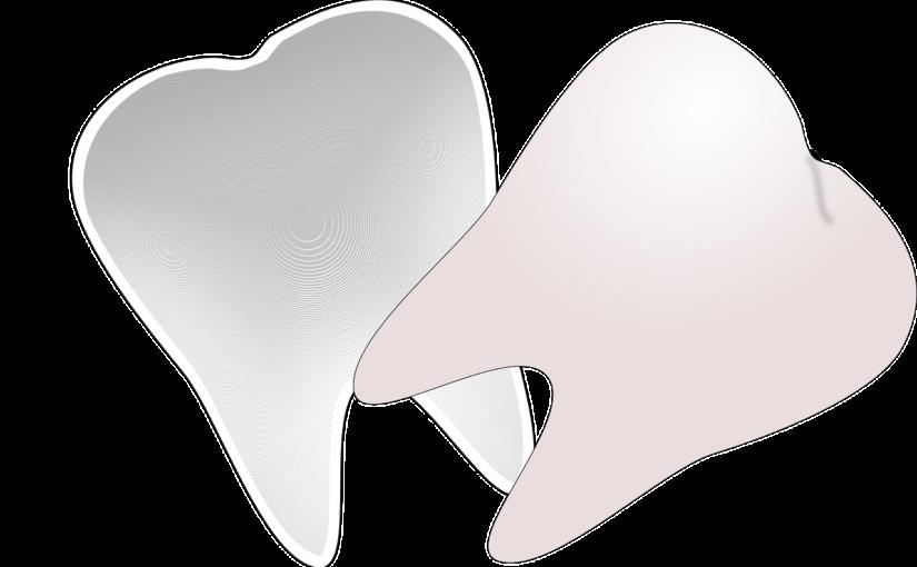 Ładne urodziwe zęby także doskonały uroczy uśmiech to powód do zadowolenia.